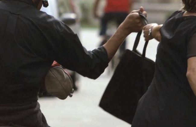 CRIMINALITA', QUATTRO SCIPPI IN UN'ORA: 20ENNE PRESO A NAPOLI